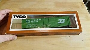 HO-SCALE-TRAIN-Car-IN-BOX-VINTAGE-TYCO-BURLINGTON-NORTHERN-green-box-9u9