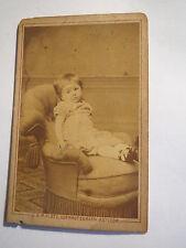 Ratibor - kleines Kind auf einem Sessel in Kulisse - Portrait / CDV