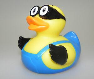 Badeente-M-Duck-Gummiente-Kevin-mit-Latzhose-2-Augen-Quietscheente-X