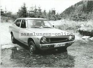 Datsun-1200-IN-Salvaje-Flussquerung-Foto-Coche-Automovil-Fotografia-de-Prensa