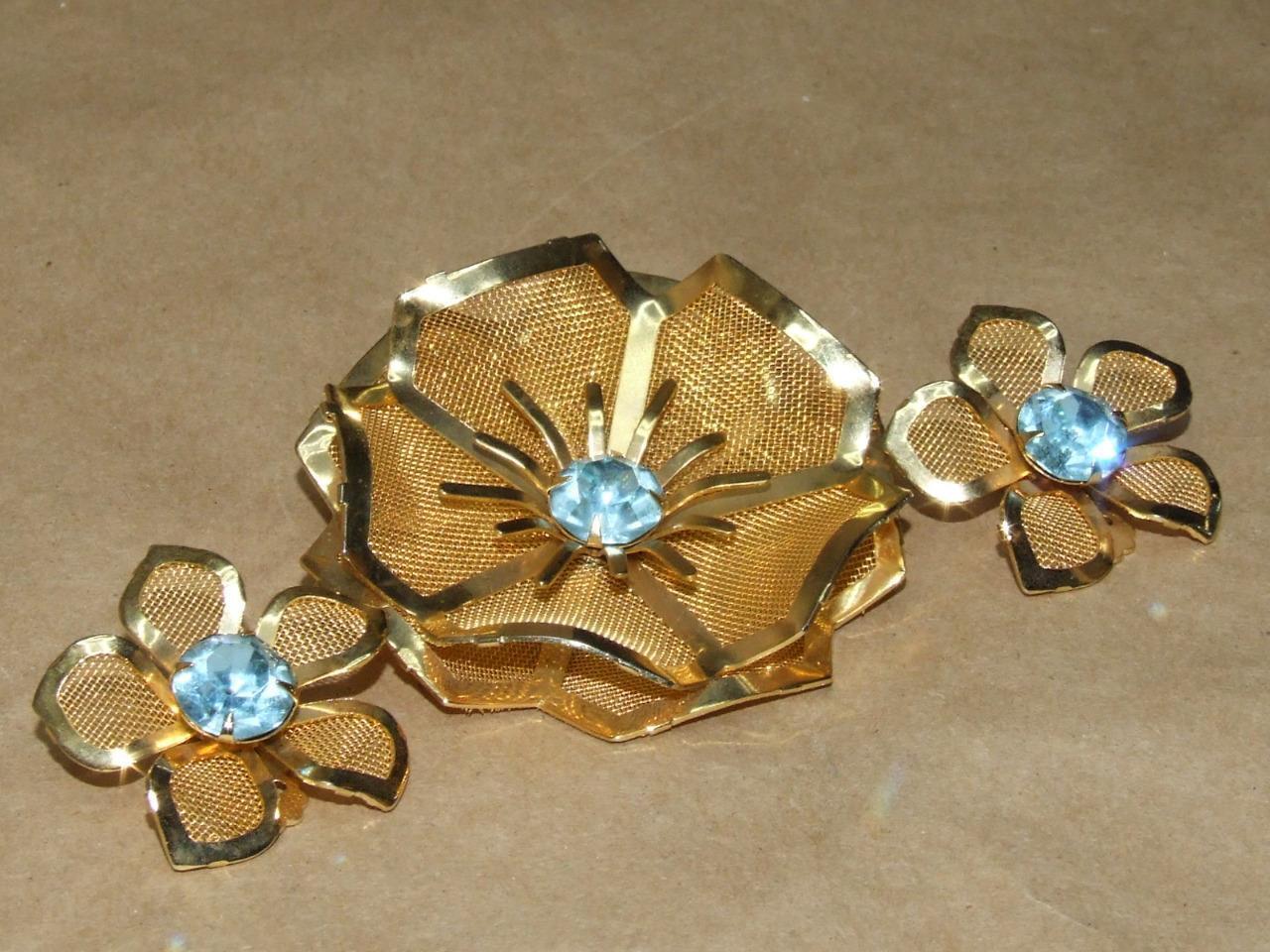 VTG 60s gold Tone Mesh & Sky bluee Rhinestone Flower Pin Brooch Clip Earrings Set