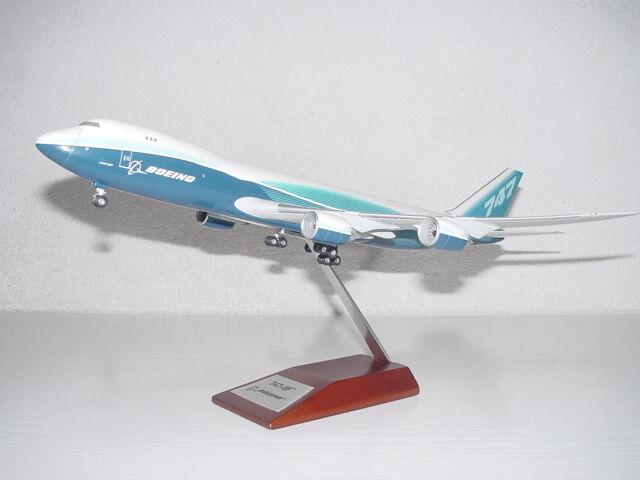Boeing B-747-8F Werksbemalung, 1 200 Hogan mit Holzstand