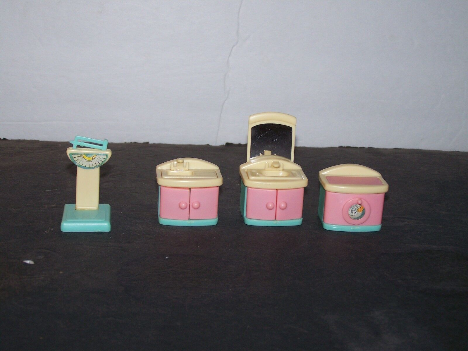 LOT 4 OF 4 LOT PEICES ASSORTED DOLL HOUSE FURNITURE 6736c2