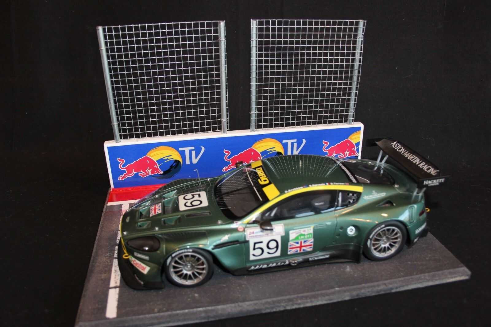 QSP Diorama 1:18 Starting grid with wall and 2 high fences  rosso Bull TV