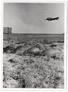 Transporter-Ju-52-ueber-Feldflugplatz-Orig-Pressephoto-um-1940