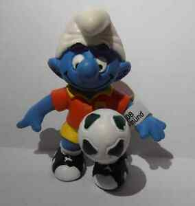PLAYMAKER-FOOTBALL-SOCCER-SMURF-VINTAGE-by-SCHLEICH-FROM-THE-SMURFS-20527