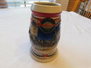 2001-Holiday-at-the-Capitol-Budweiser-Christmas-Beer-Stein-Clydesdale-CS455