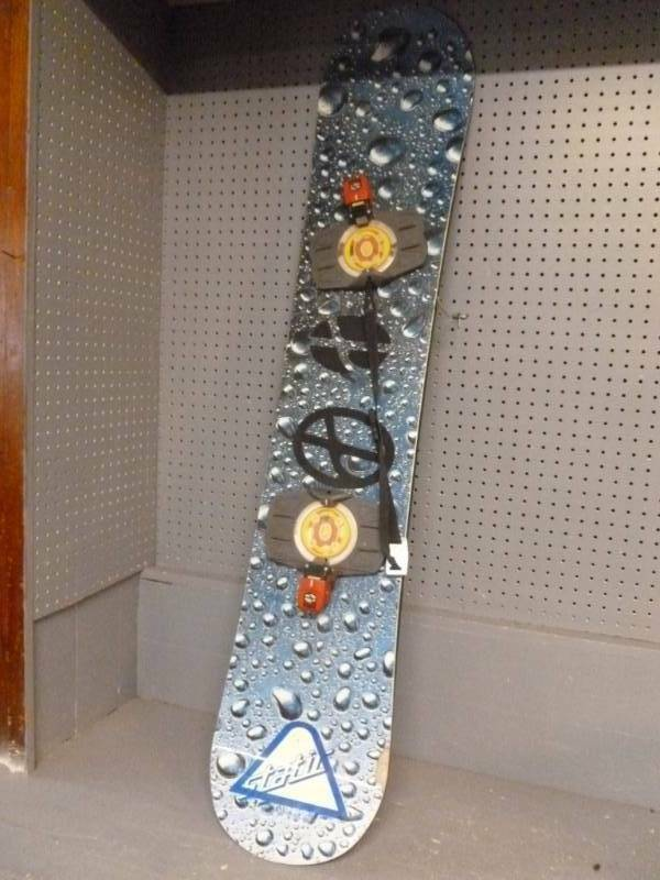 SNOWBOARD STATIC WIDE SIZE 152 CM WITH BINDINGS SIZE unknown. See Pics.
