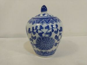 Vintage-Decorative-Blue-amp-White-Floral-Pattern-Ceramic-Lidded-Vase-Jar-hd2870