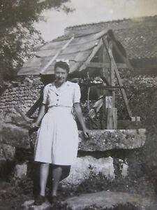 Vintage-Photographie-1945-Femme-dans-une-Ferme-vers-un-puit-Campagne-snapshot