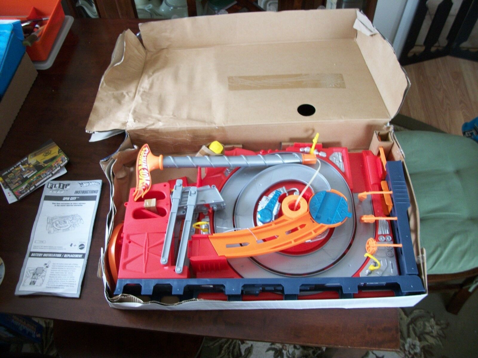 2007 HOT WHEELS SPIN CITY FLIP N GO PLAYSET COMPLETE IN OPEN BOX NEVER USED