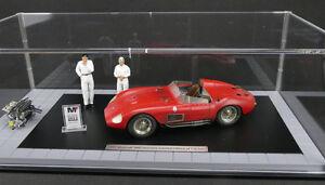 Maserati-300S-Dirty-Hero-2-Figuren-Motor-Vitrine-Schild-1-18-CMC-limited