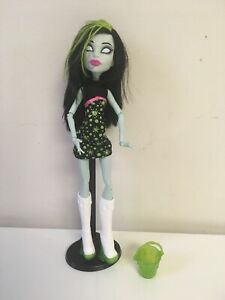 Monster-High-Scarah-Screams-Ghoul-Fair-Doll-Outfit-Shoes-Bucket-Complete