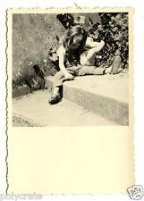 Petite fille avec poupée celluloïd escalier - photo ancienne snapshot an.1950