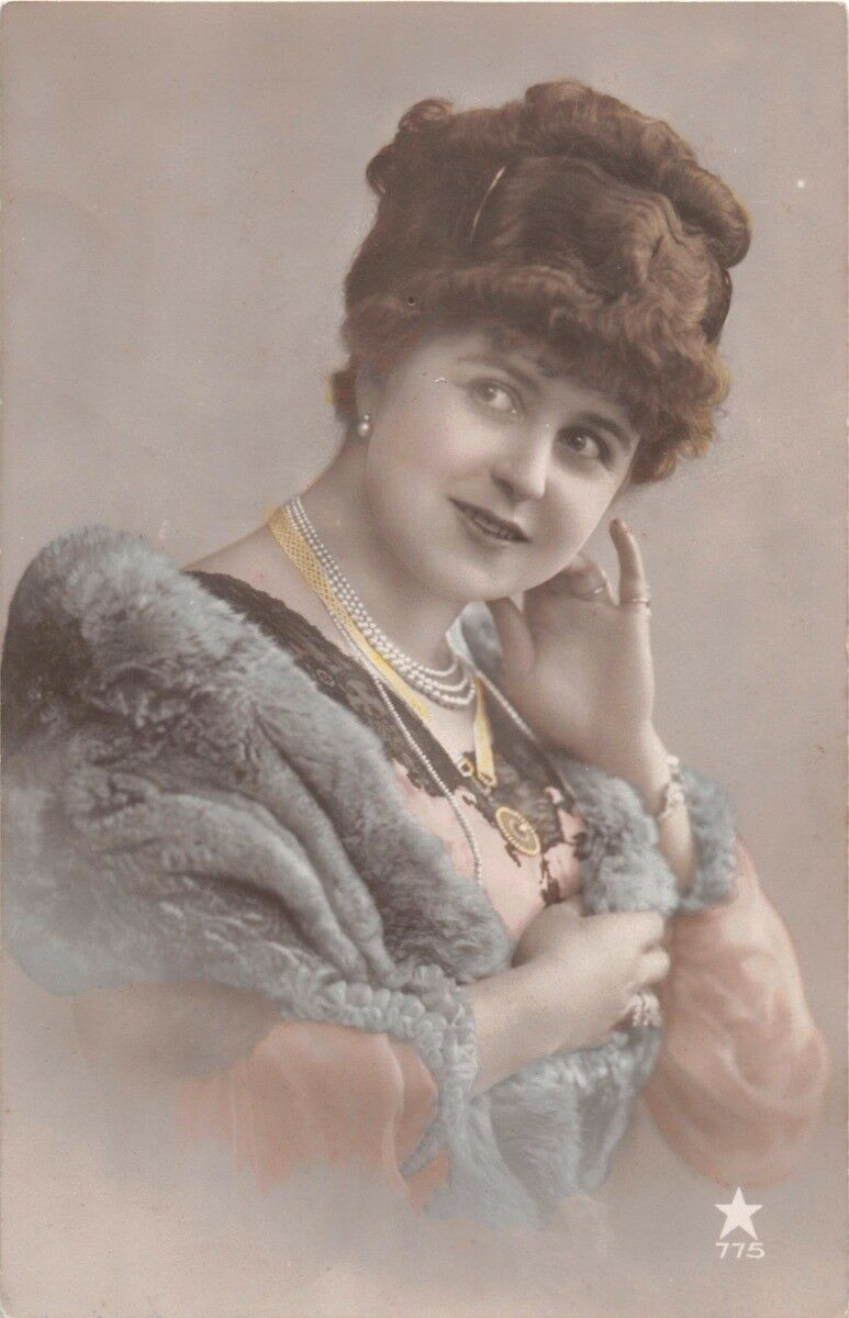 BEAUTIFUL STYLISH YOUNG WOMAN WEARING PEARLS & FURS REAL PHOTO POSTCARD 1910s
