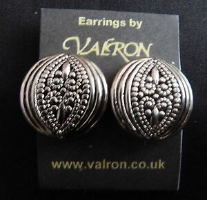 ROUND-SILVER-TONE-EARRINGS-WITH-OVAL-PATTERN-STUD-CLIP-ON-OR-MAGNETIC
