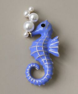 Vintage-style-seahorse-brooch-in-enamel-on-metal
