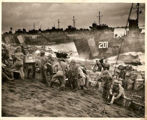 WWII PHOTO 8X10 USCG LST/'S 201,807,391 BEACH LANDING IWO JIMA BATTLE LOOK