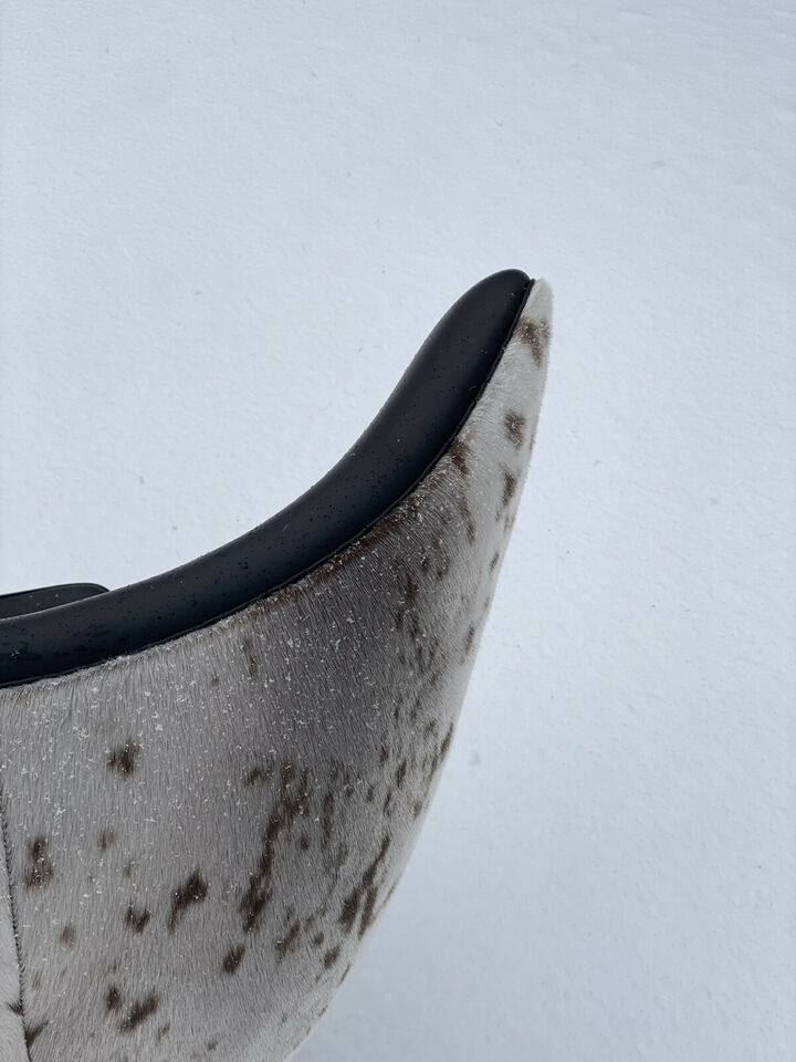 ÆGGET™ af Arne Jacobsen i grønlandsk sælskind