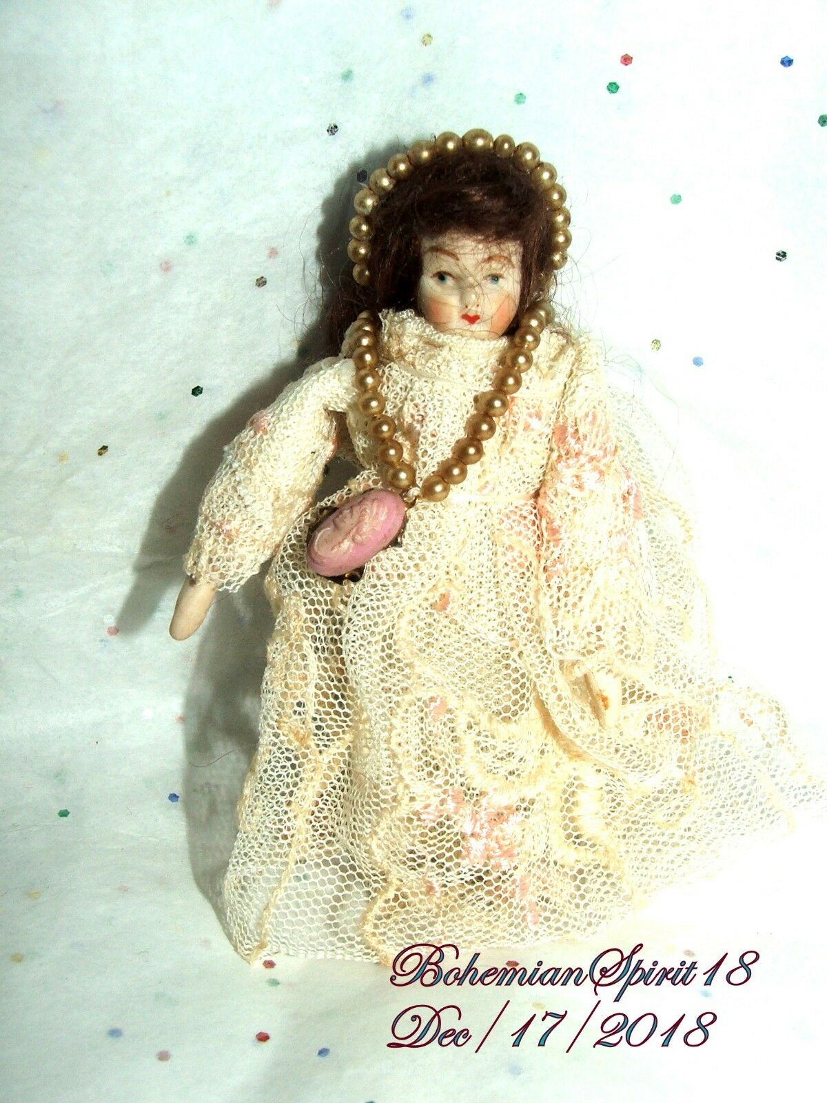 ANTIQUE 30's PORCELAIN BISQUE JOINTED ARMS LACE Kleid 4'' MINIATURE DOLL