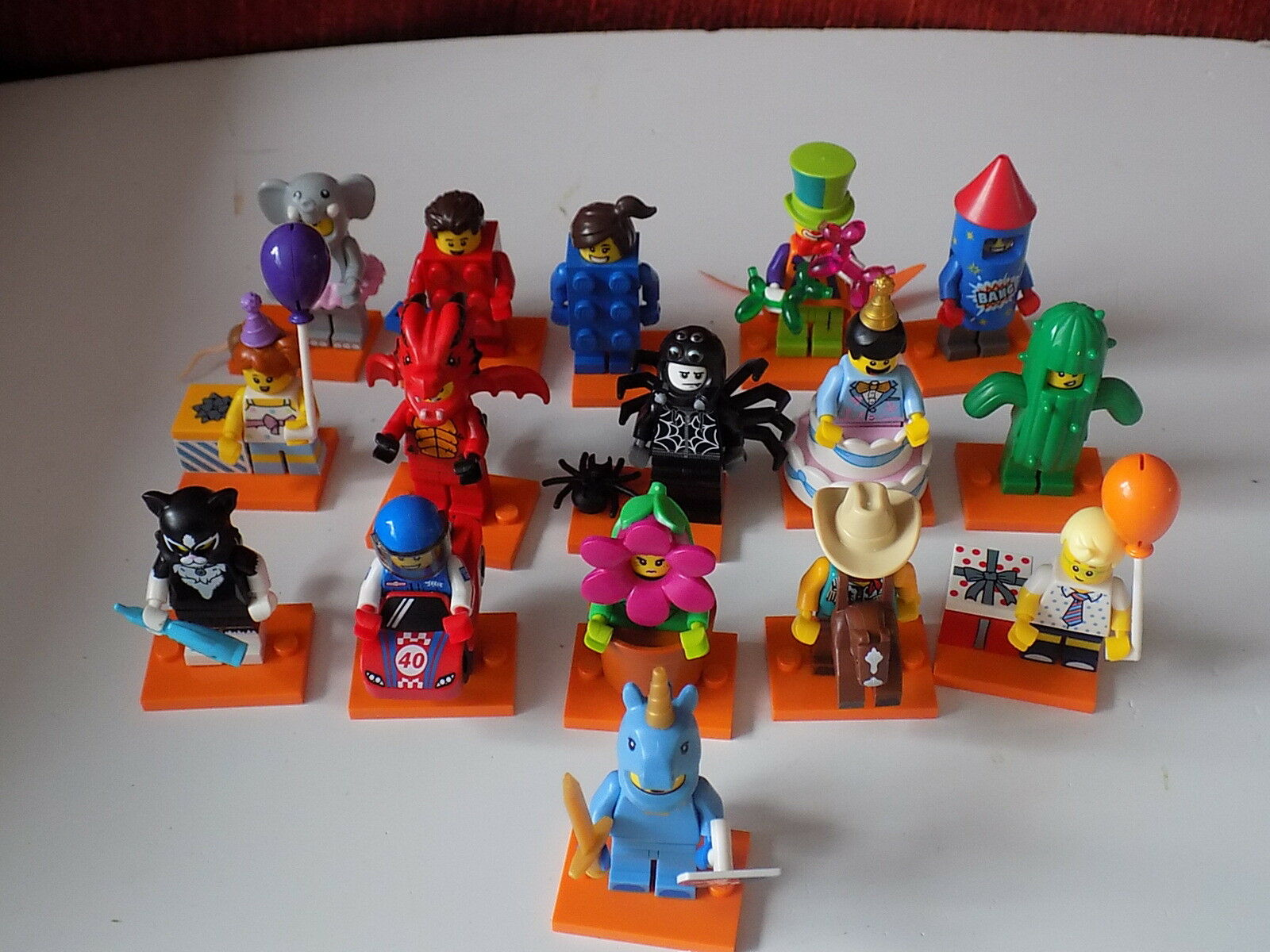 Lego Series 18-Minifigures-Full 16 Set of 16 18-Minifigures-Full NO POLICEMAN b7cc8a