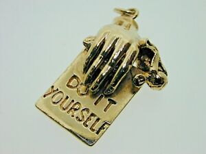 9-Carat-Yellow-Gold-Vintage-Hand-with-039-DO-IT-YOURSELF-039-Sign-Charm-DIY-1978-6g