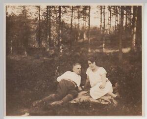 F30487-Orig-Foto-Paar-macht-Rast-im-Wald-Wanderung-Celle-Bennemuehlen-1928