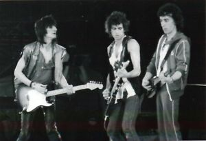 THE-ROLLING-STONES-PHOTO1982-UNIQUE-IMAGE-KEITH-RICHARDS-BILL-WYMAN-RONNIE-WOODS