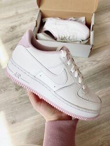 Detalles acerca de Nike Air Force 1 bajas blancas Lila Mujeres Tallas para  Jóvenes Nueva con caja- mostrar título original