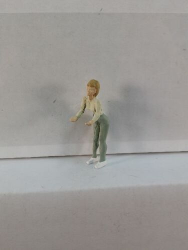 O Scale On30 On3 Figures People Arttista Mom Waiting at Bottom of Slide #1252