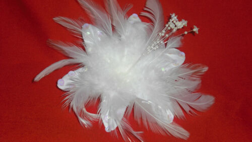 CORSAGE or BROOCH NEW WHITE FEATHER FASCINATOR HAIR CLIP