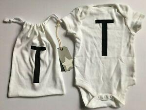 """3-6 Mois Baby's Next Blanc Gilet Dans Un Cordon De Serrage Sac Avec Initiale """"t"""" Imprimé-afficher Le Titre D'origine"""