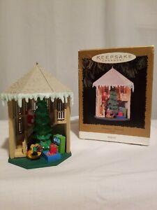1996-Hallmark-Keepsake-Christmas-Ornament-Treasured-Memories-MAGIC-light