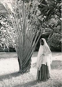 INDES FRANCAISES c. 1940 - Jeune Fille Indoue - P 1514 - France - Indes . . Photographie tirage original, 18 cm x 13 cm environ. . - France