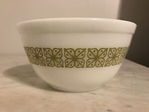 Pyrex 402 1 1/2 Quart Verde Green Square Flowers Bowl
