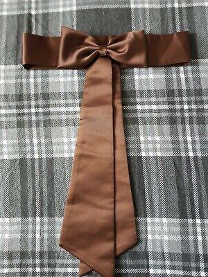 Capace Marrone Cioccolato In Raso Abito Damigella D'onore Sash Childs-mostra Il Titolo Originale