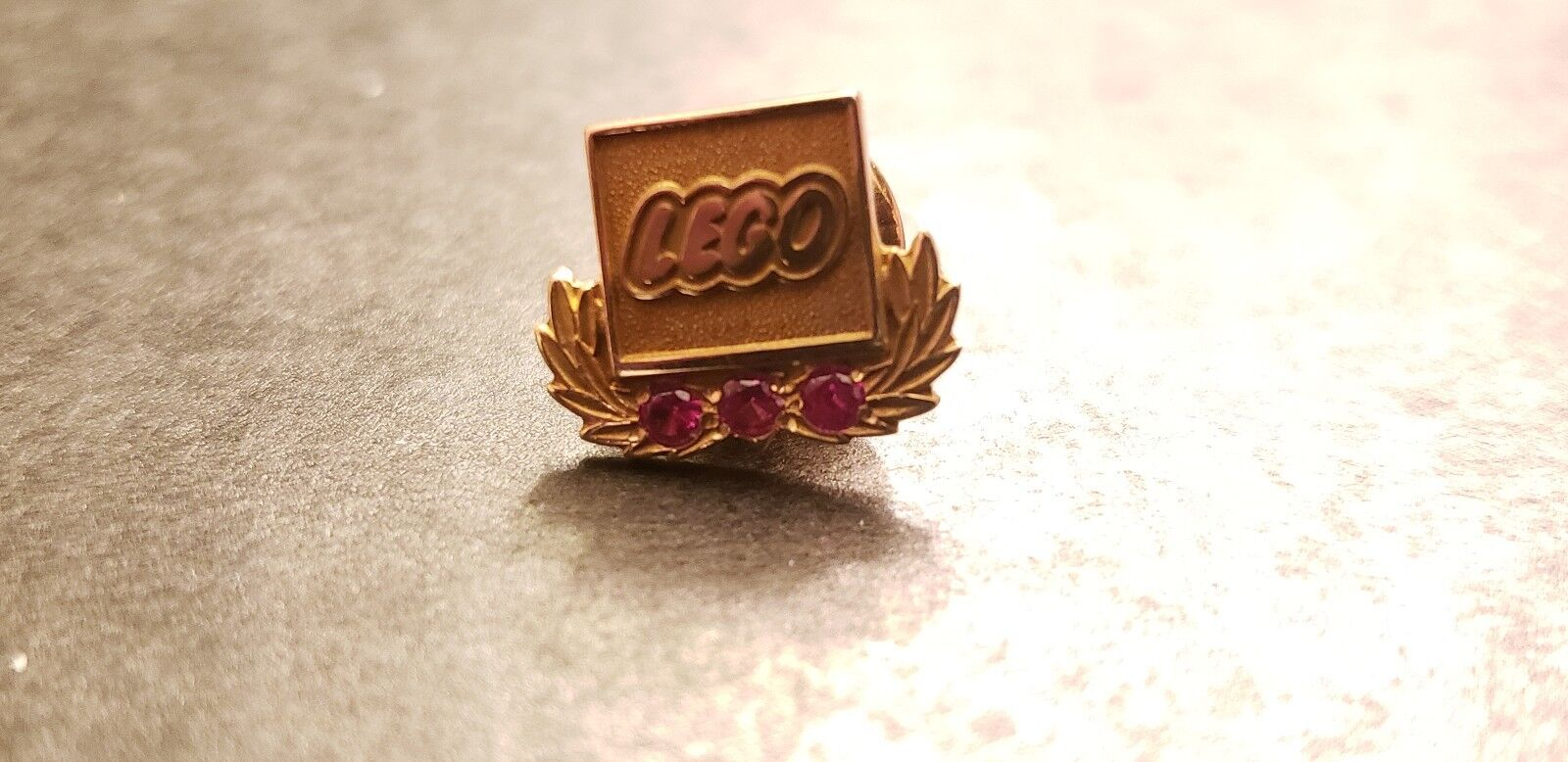 Lego années 1970 service 10K or pin. TRÈS RARE  MAGNIFIQUE Gems Comme neuf pin.