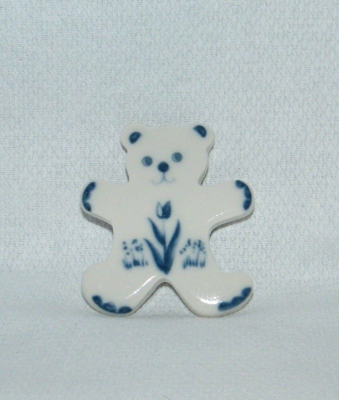 Rare . Russ Berrie & Co 5825 . Ceramic blu & bianca Teddy Bear Magnet . Retirosso