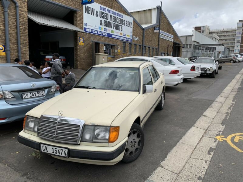 BENZO PARTS NOW STRIPPING: 1988 Mercedes-Benz 200 Auto. W124 Series.