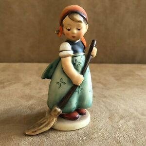 Hummel Little Sweeper girl Figurine 171 Goebel cleaning house vintage V full bee