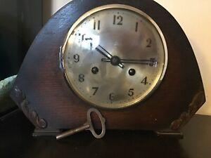 Vintage-antique-oak-cased-chiming-mantle-clock-with-key