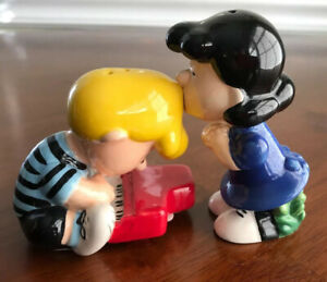 Peanuts Snoopy Trying To Kiss Lucy Ceramic Salt and Pepper Shaker Set NEW UNUSED
