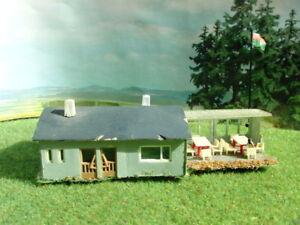 BUSCH-Clubhaus-Vereinsheim-mit-Figuren-Terrasse-und-Fahne-mit-Wappen-Spur-N-A349