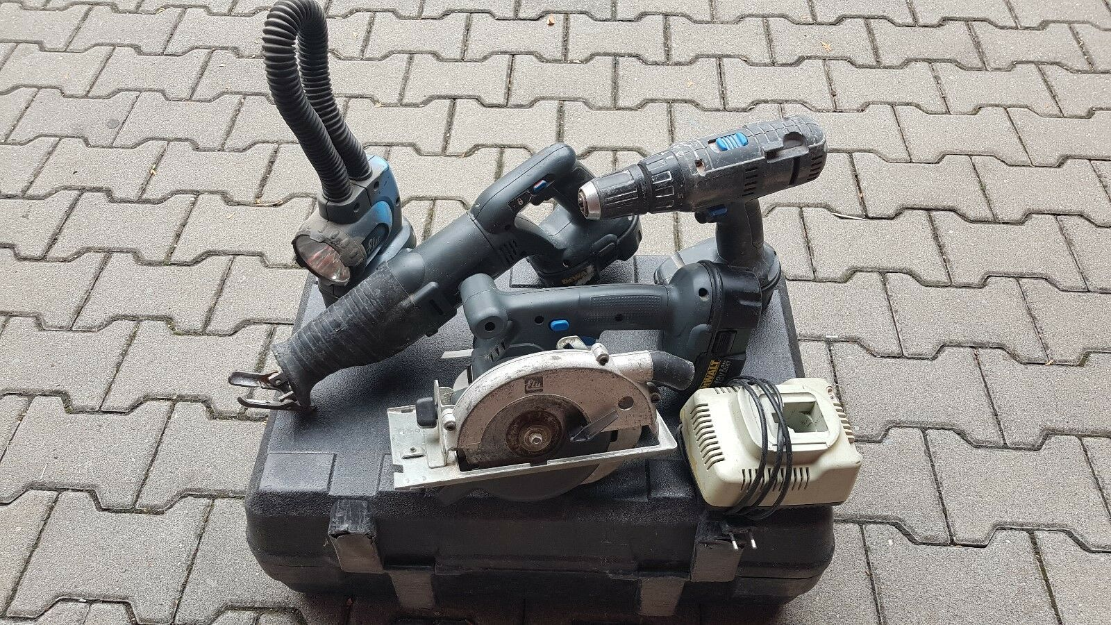 Elu Akku Werkzeugset 18 V mit Handkreissäge, Säbelsäge, Schlagbohrschr. & Lampe