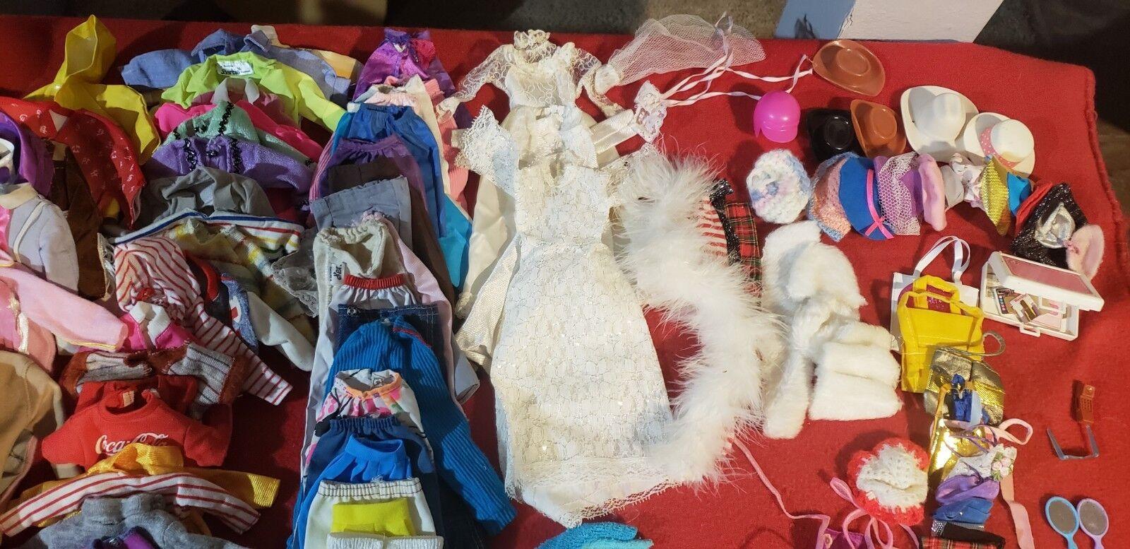 Lote enorme de Vintage Barbie   Muñecas   Ropa   coches   Piano   Baño   + más