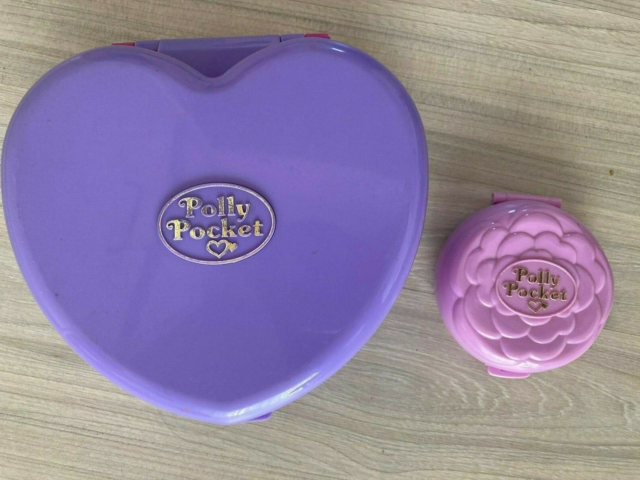 Polly Pocket, Polly Pocket, To Polly Pocket-æsker til salg.…