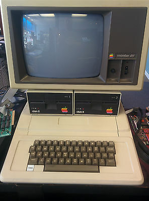 APPLE II PLUS A2S1048 Computer with two Apple disk drives and monitor WORKING