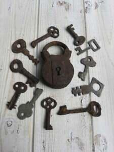 Rusty-Metal-Padlock-Padlock-With-Lot-of-Keys-Rusty-Keys-With-Padlock