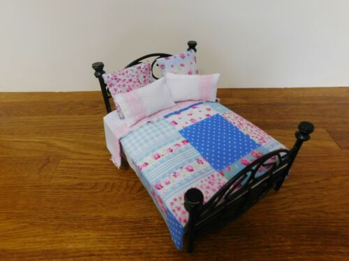 Dolls House 1//12th 5 pezzi Set di biancheria da letto stile Patchwork Buttare//4 Cuscini//Cuscini