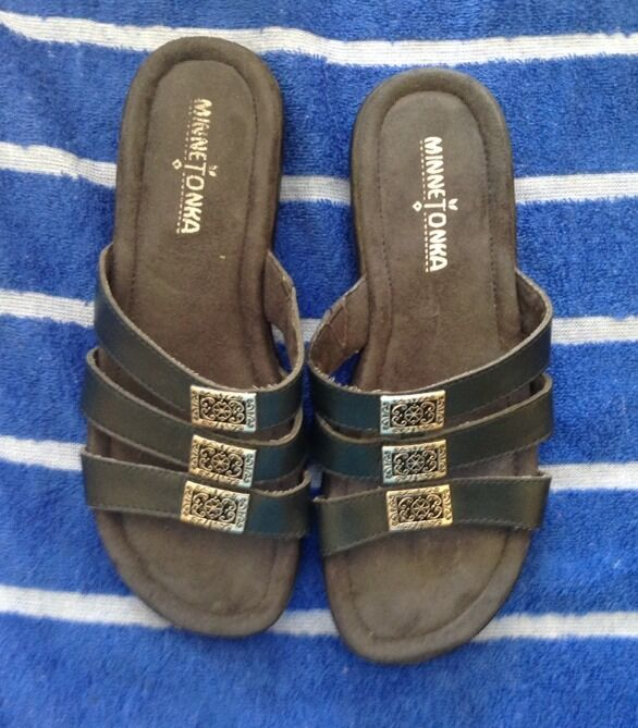 Minnetonka Slides Black Leather Slides Minnetonka Sandals Women's Size 6 ee6e8d
